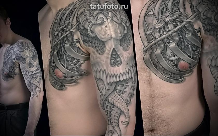 Татуировка в стиле биомеханика с черепом и техно- элементами на руке и плече.