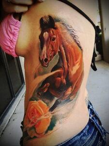 Фото татуировок в виде лошади 35