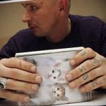 тюремные перстни-тату на пальцах мужика