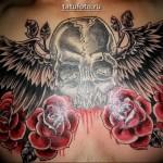 Мужская тату с розоц, крыльями и черепом на груди