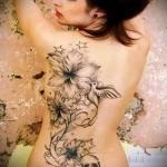 Цветы и птички тату на спине женская