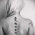 аккуратные иероглифы по позвоночнику вдоль тату на спине женская