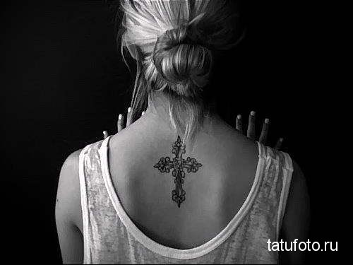 аккуратный крест тату на спине женская