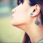 аккуратный одуванчик около уха - татуировка на шее женская - фото