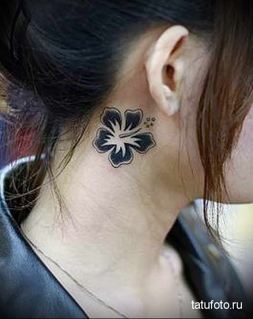 аккуратный черный цветочек - татуировка на шее женская - фото