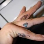 алмаз - бутылка и очки - татуировка на пальце женская (тату, tattoo)