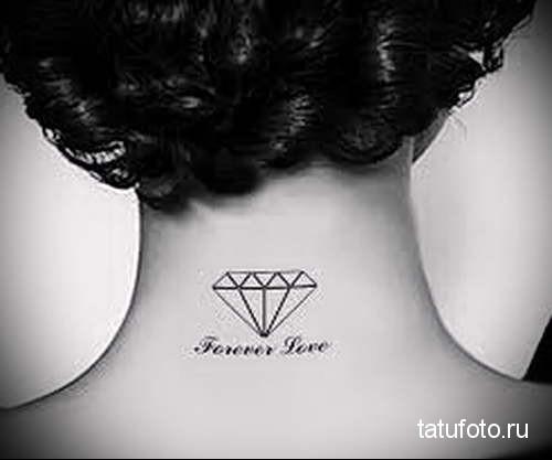 алмаз и надписи - татуировка на шее женская - фото