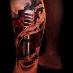 амортизатор в огне татуировка на ноге мужская