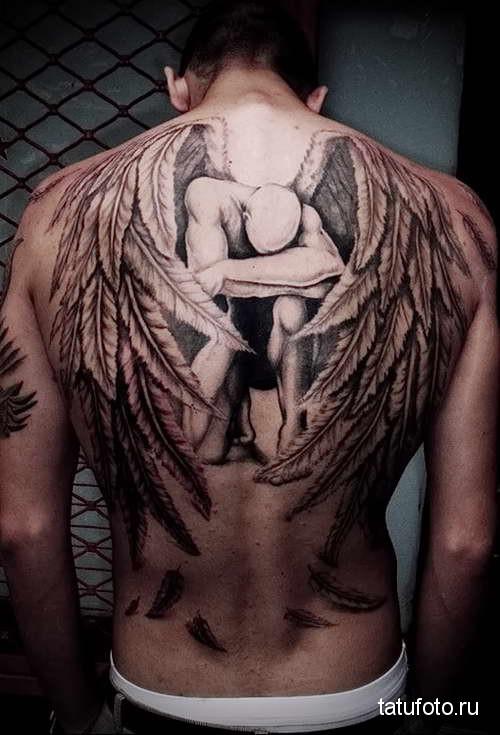 ангел склонивший колено татуировка на спине мужская