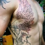 ангел с мечем в тату на боку у мужчины
