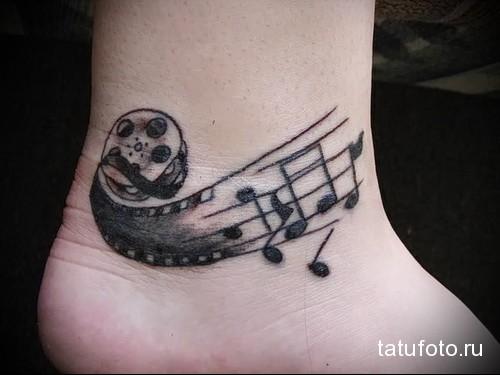 бабина и нотки - татуировка в нижней части ноги девушки