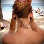 белая голубка - татуировка на шее женская - фото