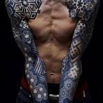 блекворк и дотворк на все руки и плечи - мужская татуировка на плече