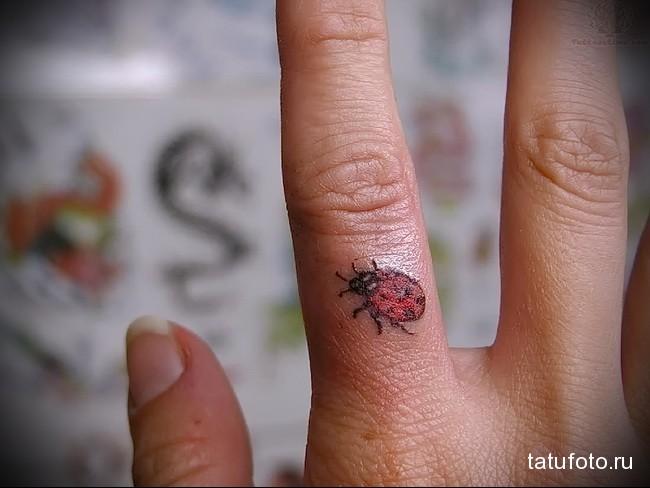 божья коровка цветная - татуировка на пальце женская (тату, tattoo)