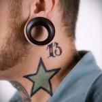 большая звезда и число 13 - татуировка на шее мужчины - фото