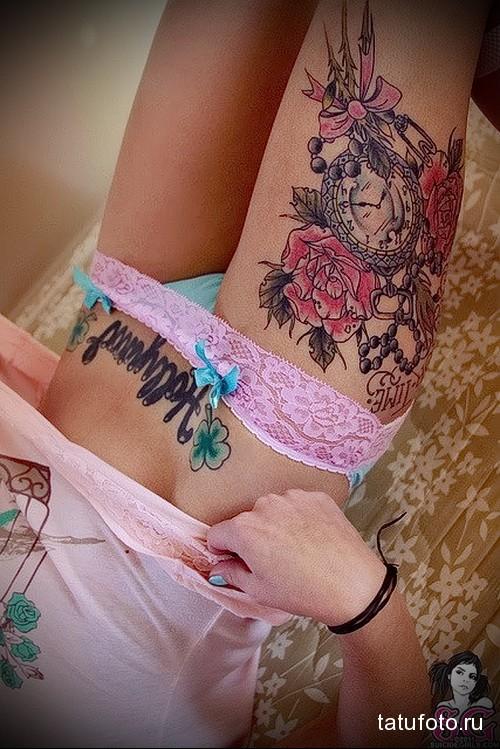 большая тату с розами и часами на ногу для девушки