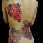 большие и цветные цветы тату на спине женская