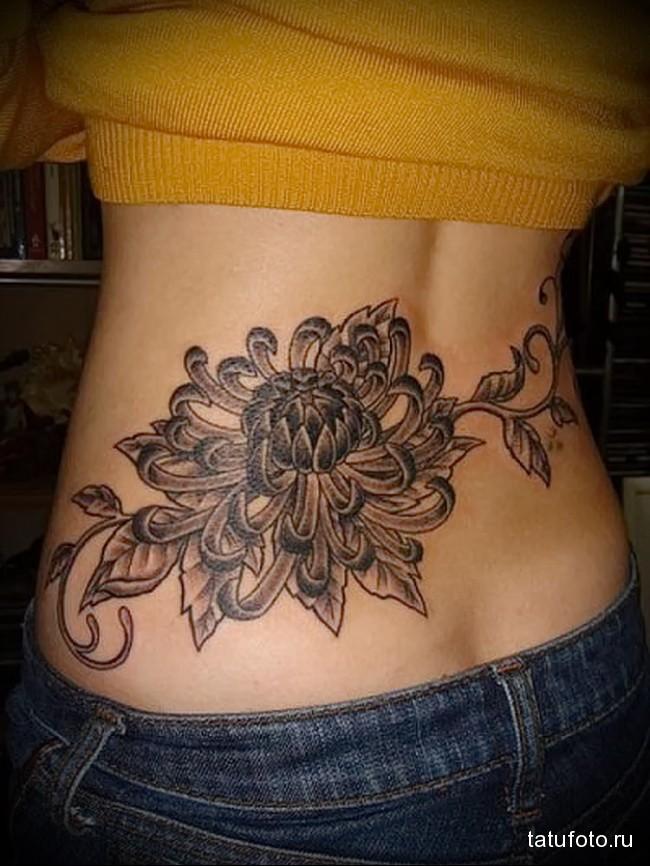 большой цветок в тату - татуировка на пояснице женская фото