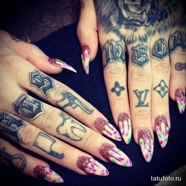 буквы и знаки - татуировка на пальце для девушки (тату - tattoo- фото)