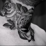 букет роз - татуировка на шее мужчины - фото