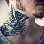 взгляд филина (сова) - татуировка на шее мужчины - фото