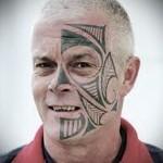 взрослый мужчина с тату маори на лице