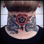 волк - лошадь и роза - татуировка на шее мужчины - фото