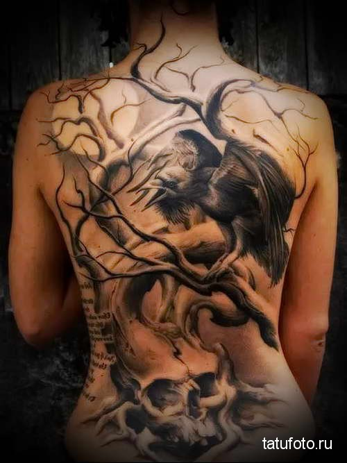 ворон - череп и дерево без листвы тату на спине женская