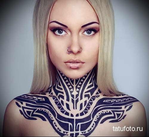 воротник и наплечники - татуировка на шее женская - фото