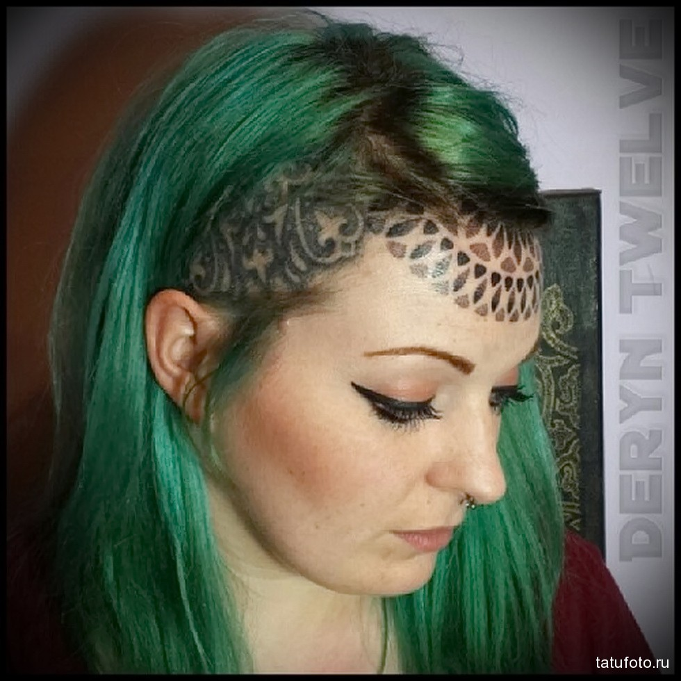 впеменная татуировка на голове девушки