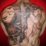 голое дерево и ворон на фоне кладбища татуировка на спине мужская фото