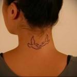 голубки летящие на встречу - татуировка на шее женская - фото