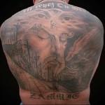 гора с крестами и распятьями - религиозная татуировка на спине мужская фото