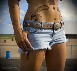 два пистолета в штанах - пример татуировки на фото