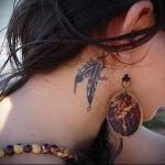 два связанных пера - татуировка на шее женская - фото