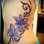 два цветных хветка - женская татуировка на боку