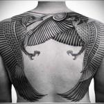 две птицы в египетском стиле - тату мужская на спине фото