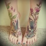 две птички - татуировка в нижней части ноги девушки