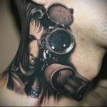 девушка смотрит в прицел снайперской винтовки - тату для снайпера - татуировка на шее мужчины - фото