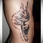 девушка с крыльями и надпись в тату на боку у мужчины