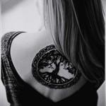 дерево жизни в рамке тату на спине женская