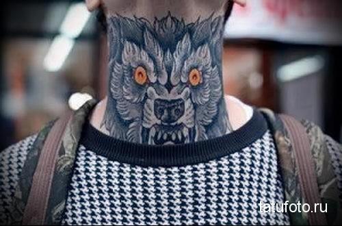 дикий волк - татуировка на шее мужчины - фото