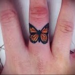желтая бабочка - татуировка на пальце женская (тату, tattoo)