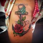 женская большая татуировка на ногу - якорь и красная роза