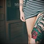 женская олд скул татуировка на ногу - парусник на волнах и красная роза