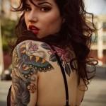 женская татуировка с бабочкой на плече в стиле олд скул