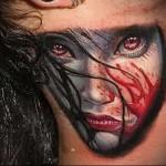 женское лицо в крови - татуировка на шее мужчины - фото