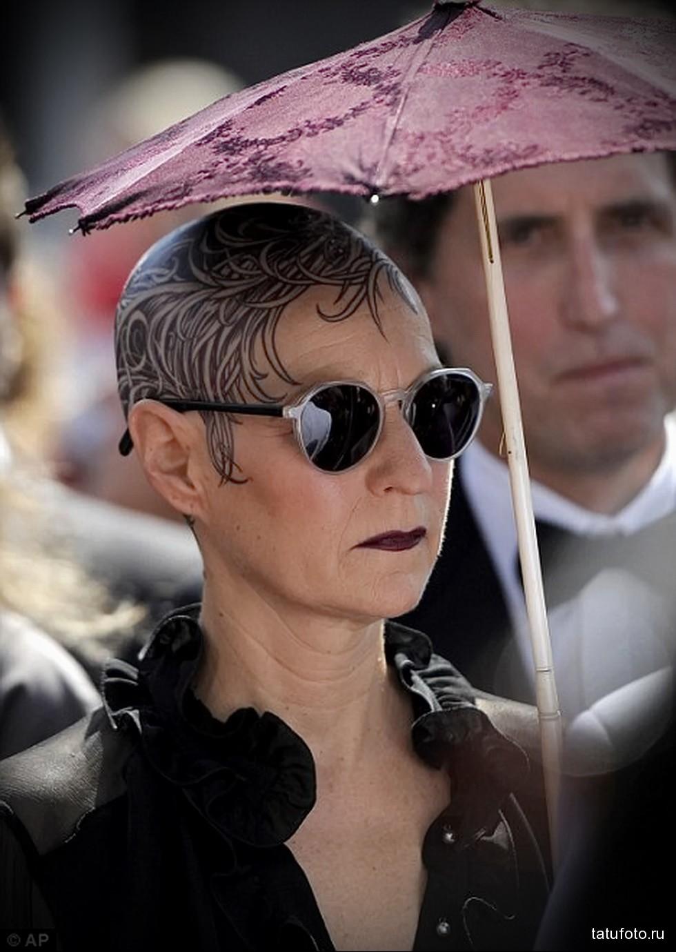 женщина с татуировкой на лысой голове