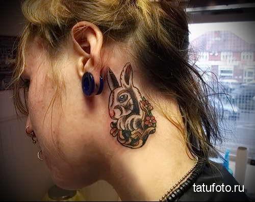 зайка и цветы - татуировка на шее женская - фото