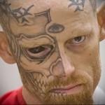заключенный с лицом в татуировках